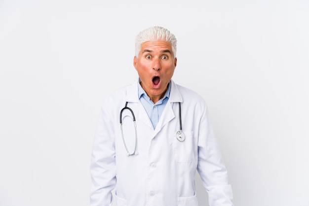 Uomo caucasico maturo del medico che grida molto arrabbiato e aggressivo.