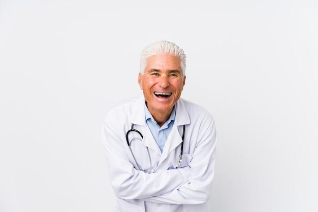 Uomo caucasico maturo del medico che ride e che si diverte.