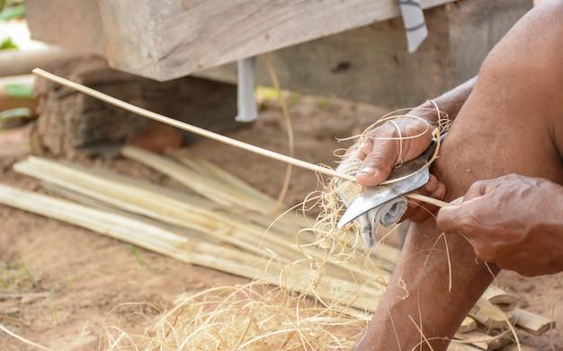 Uomo che affila bambù