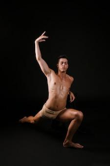 Uomo che allunga appoggiandosi sul ginocchio alzando le mani