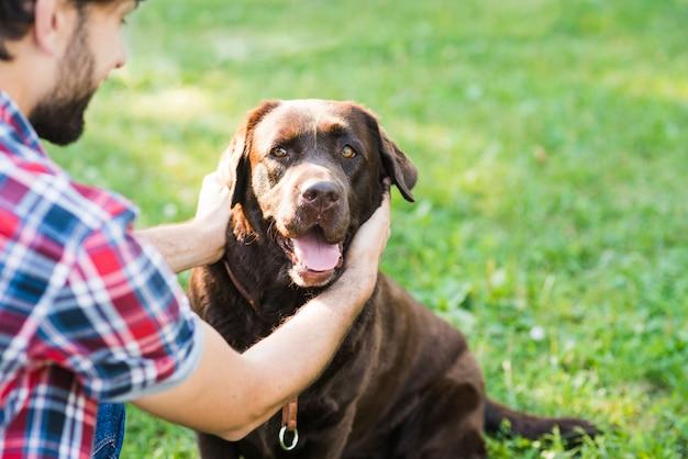 Uomo che ama il suo cane in giardino