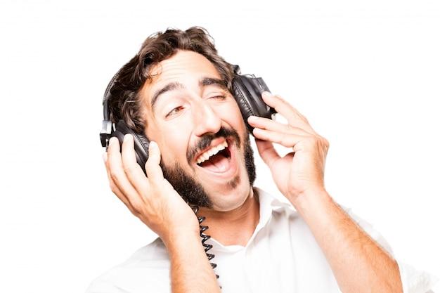 Uomo che ascolta la musica con le cuffie nero