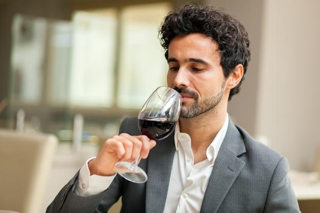 Uomo che assaggia vino