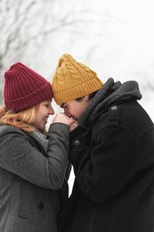 Uomo che bacia il ritratto delle mani della sua ragazza
