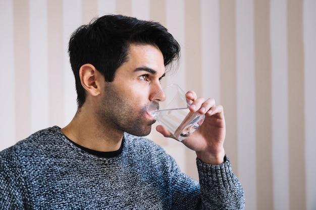 Uomo che beve acqua