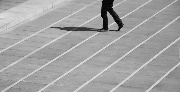 Uomo che cammina per strada in urbano - monocromatico