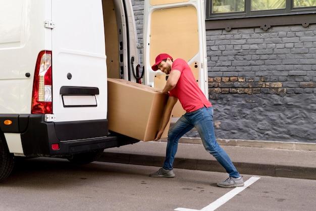 Uomo che carica i pacchetti