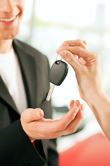 Uomo che compra auto - la chiave viene data
