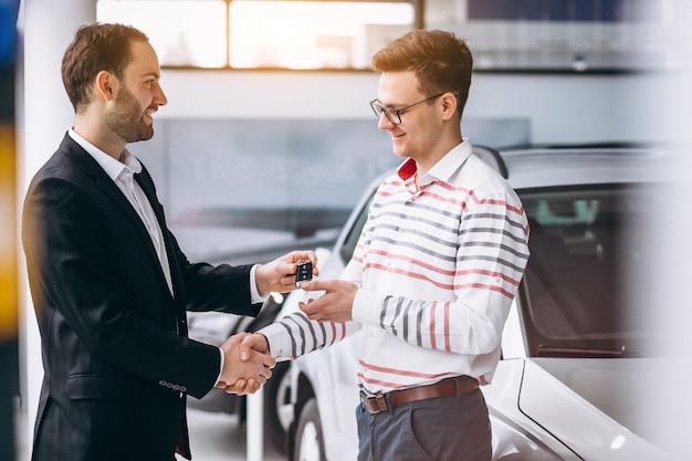 Uomo che compra una macchina