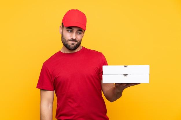 Uomo che consegna pizze con berretto rosso e maglietta