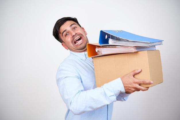 Uomo che consegna una scatola pesante