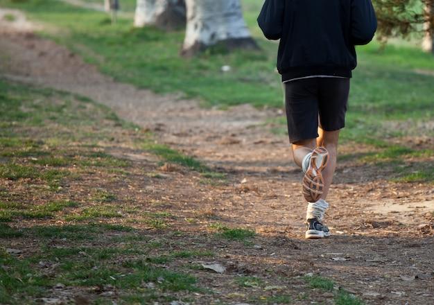 Uomo che corre in cross country sul sentiero