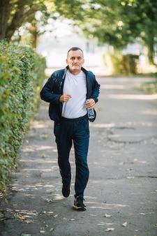 Uomo che corre su un vicolo nel parco