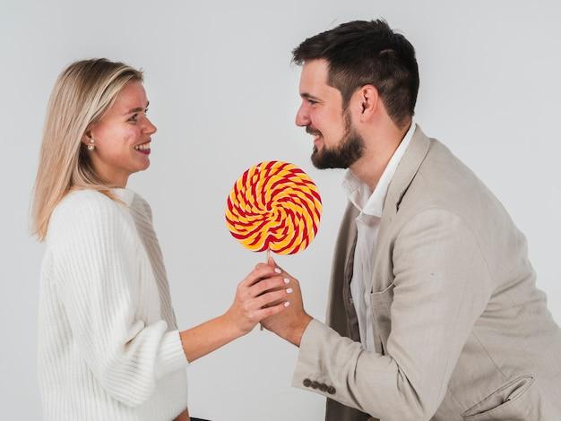 Uomo che dà donna lecca-lecca per san valentino