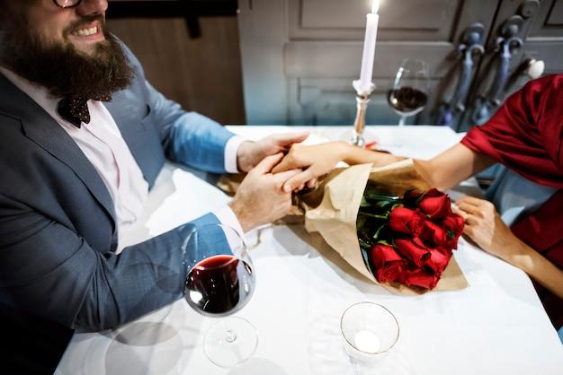 Uomo che dà il mazzo della rosa rossa