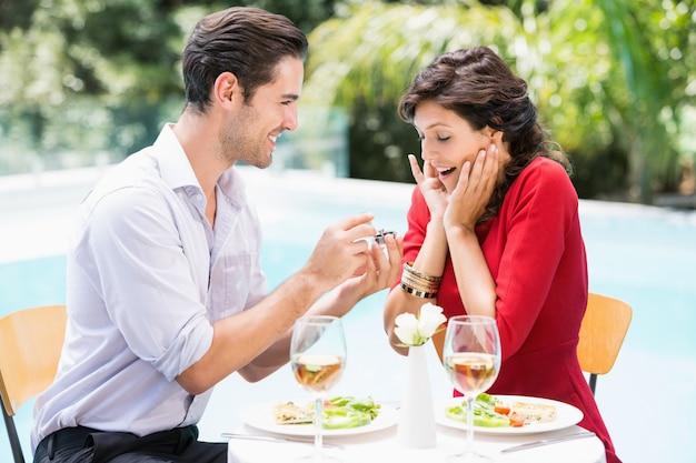 Uomo che dà l'anello di fidanzamento alla donna sorpresa
