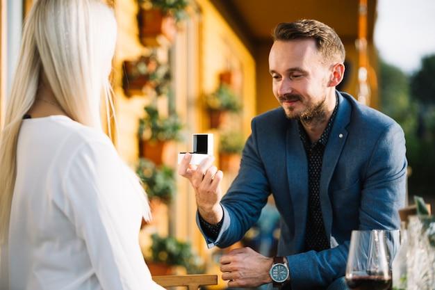 Uomo che dà l'anello di fidanzamento alla sua ragazza
