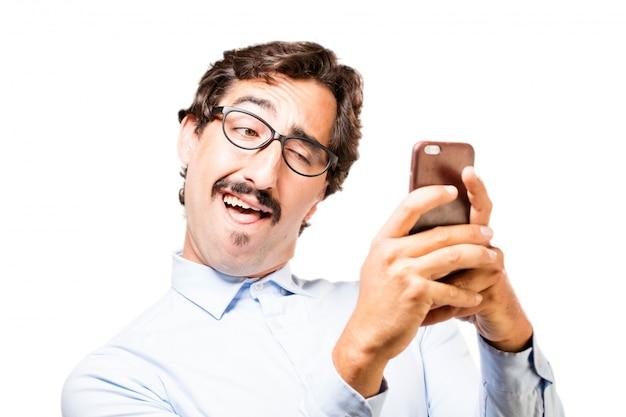 Uomo che digita su uno smartphone