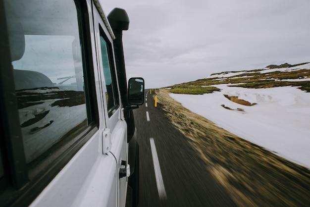 Uomo che esplora l'islanda. guidando attraverso le terre