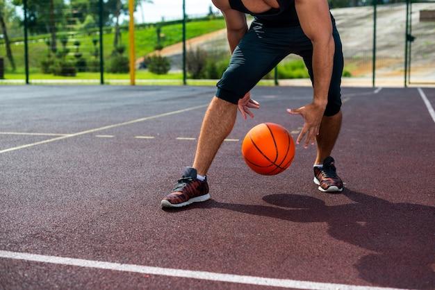 Uomo che fa acrobazie di basket