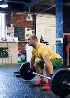 Uomo che fa allenamento in palestra