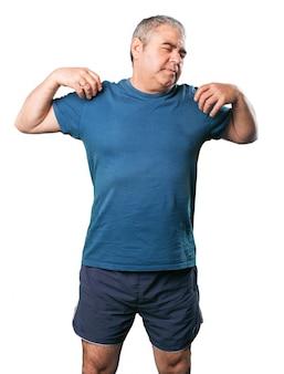 Uomo che fa allungando cervicale