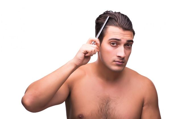 Uomo che fa i suoi capelli isolati su bianco