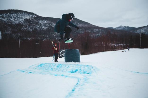 Uomo che fa i trucchi nella neve