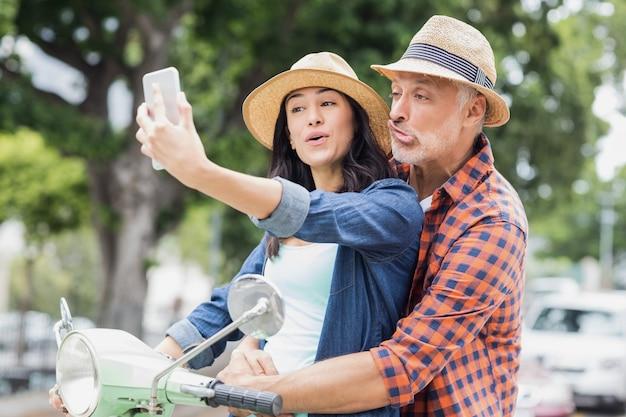 Uomo che fa la faccia per selfie con donna