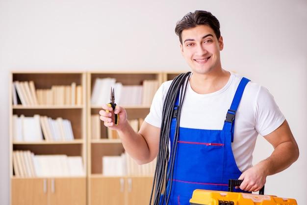 Uomo che fa le riparazioni elettriche a casa