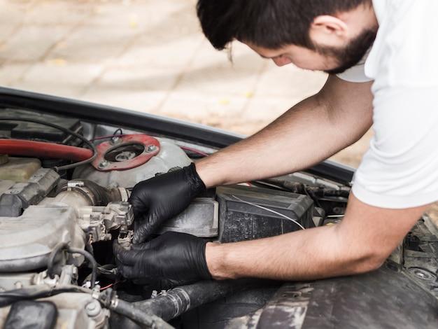 Uomo che fa manutenzione sul motore
