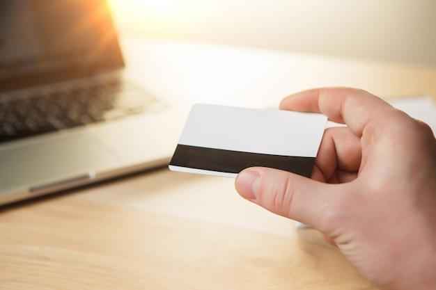 Uomo che fa shopping online con carta di credito