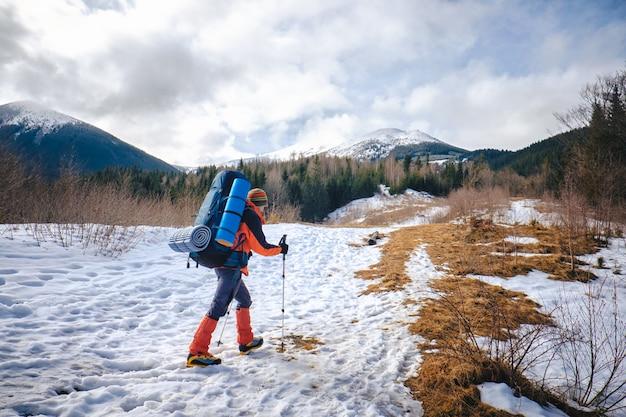 Uomo che fa un'escursione nella bella montagna di inverno