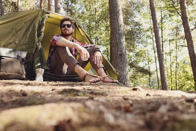Uomo che fa un'escursione nella foresta