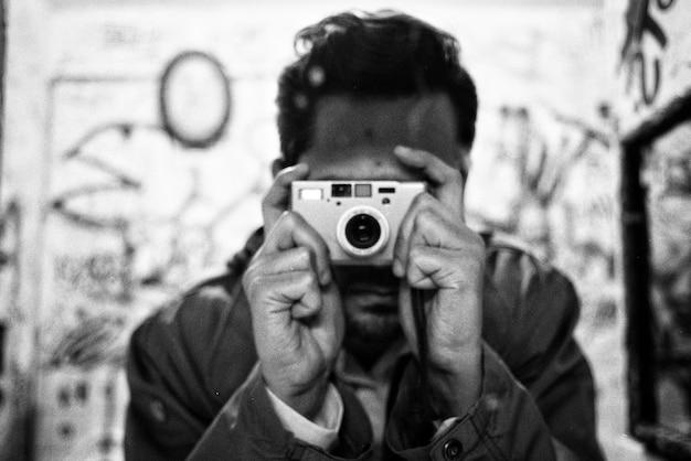 Uomo che fa una foto