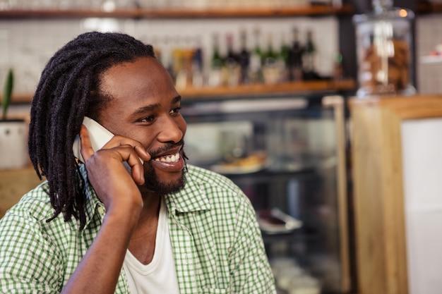 Uomo che fa una telefonata