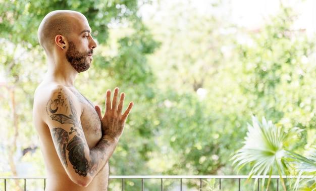 Uomo che fa yoga