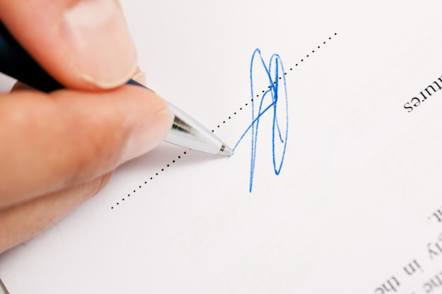Uomo che firma un contratto