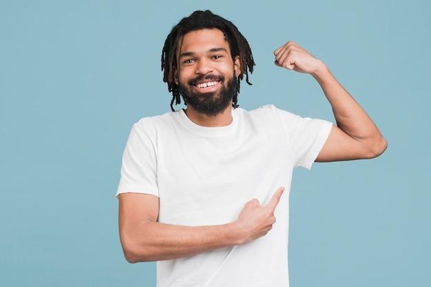 Uomo che flette il suo muscolo