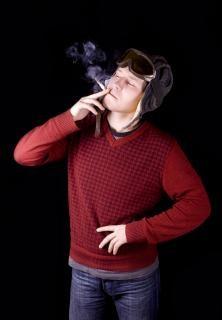 Uomo che fuma mani