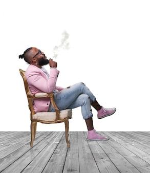 Uomo che fuma un sigaro seduto su una sedia