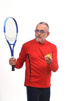 Uomo che gioca a tennis su bianco
