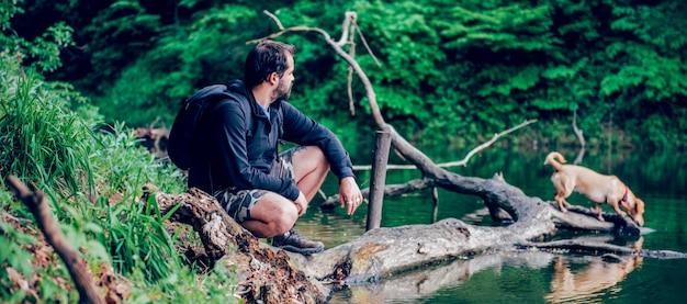 Uomo che gode della natura con il cane
