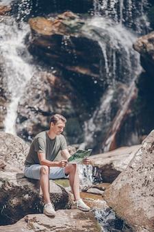 Uomo che gode della vista della cascata nella giungla