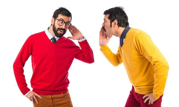 Uomo che grida al fratello