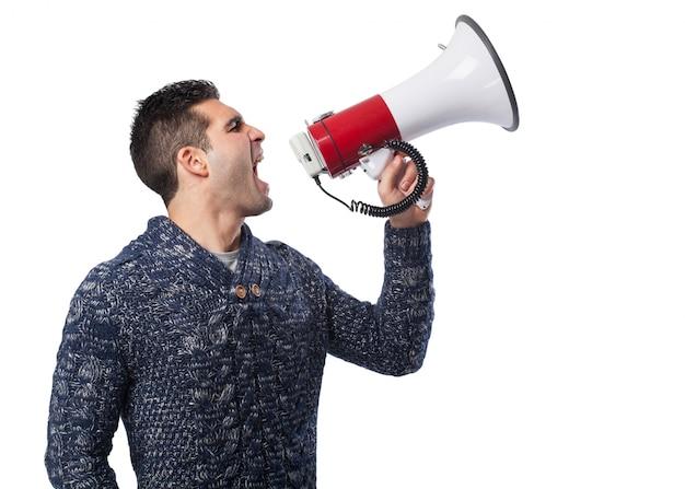 Uomo che grida attraverso un megafono