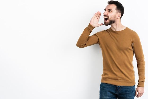 Uomo che grida mentre distoglie lo sguardo