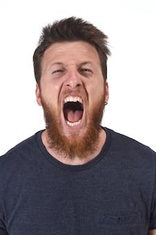 Uomo che grida sul bianco