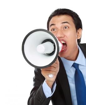Uomo che grida usando il megafono