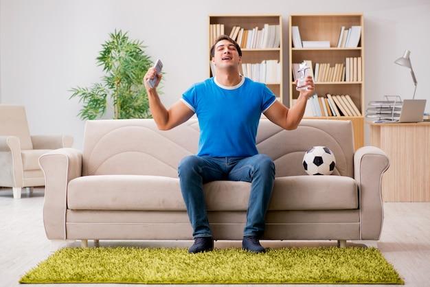 Uomo che guarda il calcio a casa